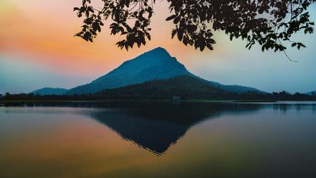 Mening van Vóór Zonsopgang over Lamisu-Reservoir, kanchanaburidistrict Thailand. Stockfoto