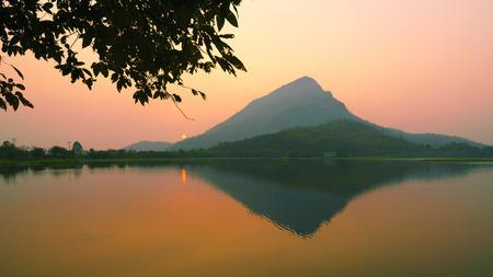 Zonsopgangmening over Lamisu-Reservoir, kanchanaburidistrict Thailand.