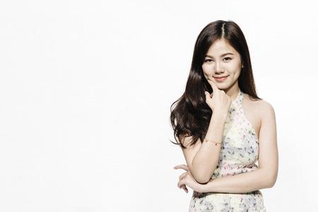 Aziatisch vrouw het glimlachen portret op witte achtergrond met exemplaarruimte.