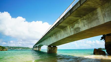 Sightseeing uitzicht op de Kouri-brug met blauwe hemel, een van de zeer lange brug in Okinawa, Japan. Stockfoto