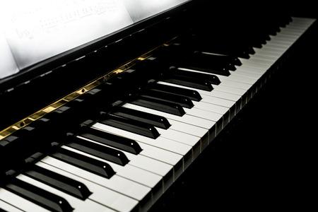 Close-up Piano toetsen achtergrond in weinig licht getinte, selectief gericht. Stockfoto