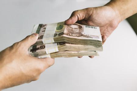 Shot van overboeking geld stack met witte tafel aan de achterzijde, Selectief gericht.