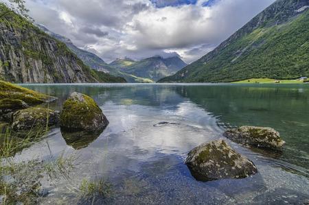 reflejos en el lago stryn de noruega