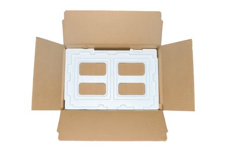 골판지 타입의 포장 박스를 지나치게 펼친다. 스톡 콘텐츠 - 94835067