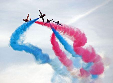 航空ショー: ジェット飛行機を飛んでいる赤い矢印の RAF の空軍曲技飛行、形成 写真素材