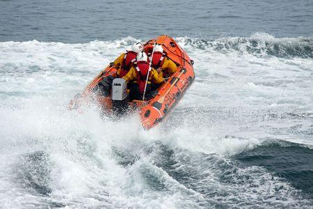 Rettungsboot / Leben Boot und Besatzung der R.N.L.I.-Küstenwache in der Nähe Worthing, UK Standard-Bild