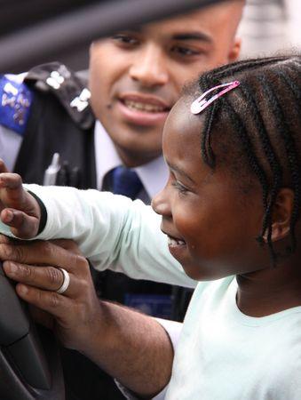straat feest: Balham, Londen, UK, kan 16e 2009 Britse politie man en kind op een straatfeest Redactioneel