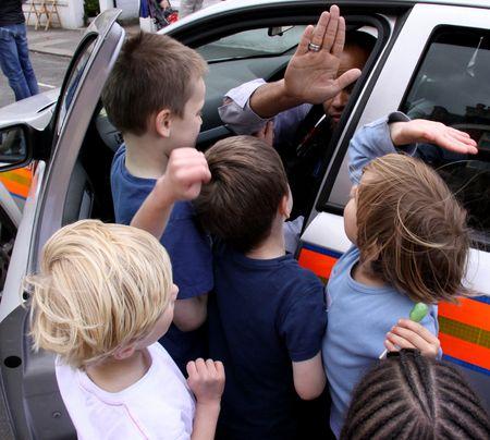 straat feest: Balham, Londen, UK, kan 16e 2009 Britse politie man en kinderen op een straatfeest Redactioneel