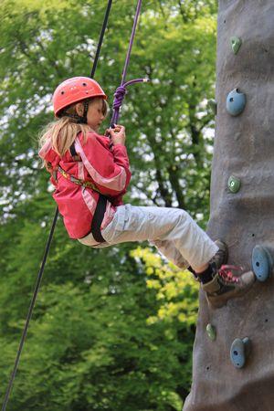 abseilen: Lake Windermere, The Lake District, Schottland, Mai 26th 2009, junges M�dchen auf eine Kletterwand Editorial