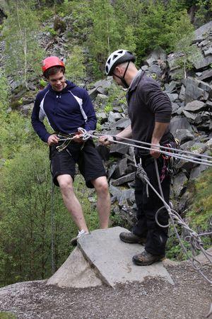 abseilen: Keswick, The Lake District, Schottland, Mai 26th 2009, jungen m�nnlichen Climber Abseilen Editorial