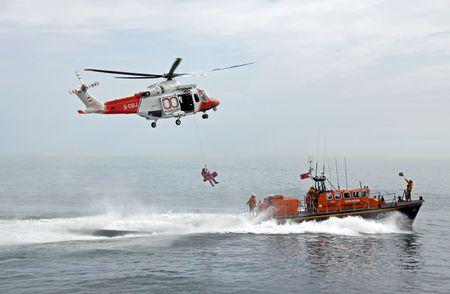 ワーシング桟橋、ワーシング、イギリス、2009 年 6 月 28 日救命艇救命艇の乗員、ディンギー、英国 R.N.L.I. 沿岸警備隊のヘリコプター
