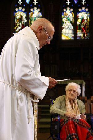 vicar: Goring, Berkshire, UK, 25th October 2009, a priest  vicar doing a christening service