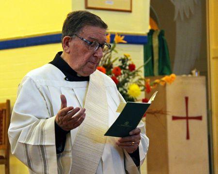 klerus: Penge, London, UK 8. November 2009, eine Kurat  Priester in der katholischen Kirche tun Masse