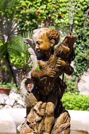 eros: Eros italiano Fontana di acqua in un giardino Archivio Fotografico