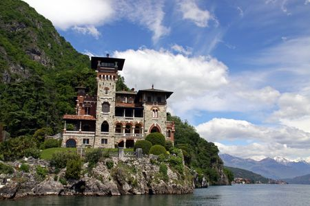 royale: Lago de Como, Italia, 20 de mayo de 2010, Villa La Gaeta, la casa de la ladera de la monta�a famosa utilizado en el James Bond Casino Royale de cine