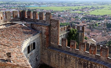 Scaligero Castle on Tenda Hill in Soave, Veneto, Italy, 23/5/10 originally the property of one of Italys most famous families that over looks the town of Soave, well known for grape and wine production Imagens - 7659287
