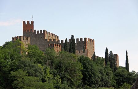 Scaligero Castle on Tenda Hill in Soave, Veneto, Italy, 23/5/10 originally the property of one of Italys most famous families that over looks the town of Soave, well known for grape and wine production Banco de Imagens - 7659280