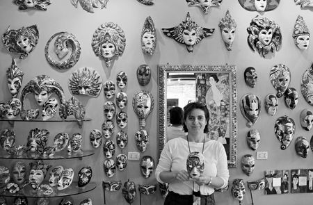 papier mache: Sestiere Castello, Venecia, Italia, 21510 el due�o de la tienda de m�scara mundo famoso Papier Mache