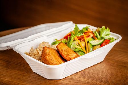 Concetto di alimentazione vegetariana e sana. Cotolette di piselli, insalata, ogretsami, pomodori, olive e porridge in eco-box di amido alimentare. piatti autodistruttivi. Copia spazio, messa a fuoco selettiva