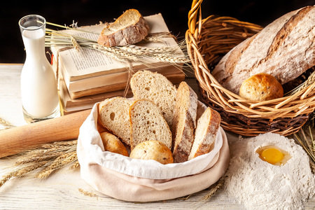 The concept of whole grain bread. Flour and ingredients on a wooden table, bread and rolls from rice, buckwheat flour. Gluten-free bread. Copy space, selective focus Standard-Bild