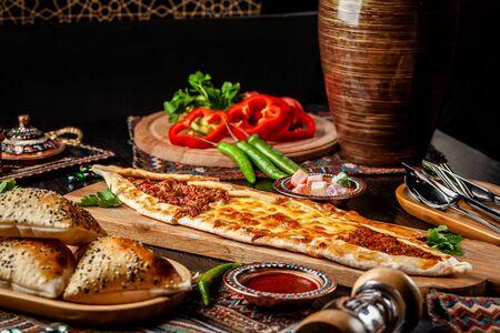 Cuisine turque traditionnelle. Pizza turque Pita avec une farce différente, viande, fromage, tranches de veau. Turk Pidesi ou Sucuk Pide. Servir des plats au restaurant. Espace de copie