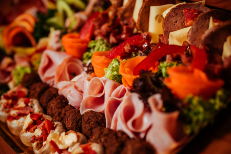 Meat platter with selection delicious salami, ham, fresh sausages and herbs 版權商用圖片