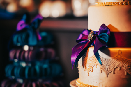 White decorated cake with three layers and ribbon 版權商用圖片