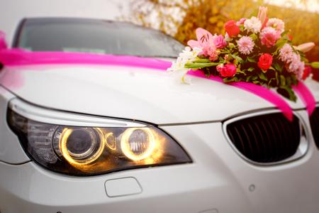 Luxury wedding car decorated with flowers Standard-Bild
