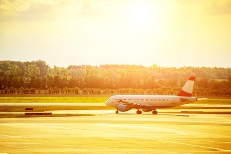 Heat waves distort jet airplane that is on the runway prior departure 版權商用圖片 - 113862846