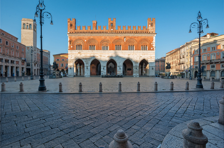 The Palazzo Gotico was built in 1281; it was projected by schools from Piacenza and Como. The architects who followed the construction were Pietro da Cagnano, Negro de Negri, Gherardo Campanaro and Pietro da Borghetto from Piacenza. Is located in the main Editorial