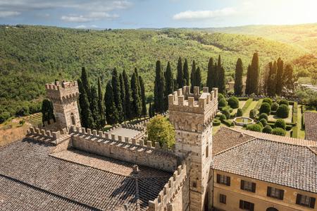 De gekantelde torens van de historische abdij van Passignano, in de gemeente Tavarnelle Val di Pesa, provincie Florence, Italië Stockfoto