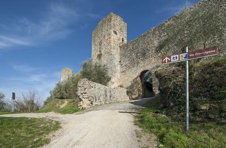 モンテリッジョーニの中世の村、シエナ、イタリアの近くの壁