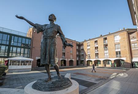humilde: La estatua de San Francesco (esculpida por Niccolò Niccolai) frente a la iglesia homónima, Castelfiorentino, Italia Editorial