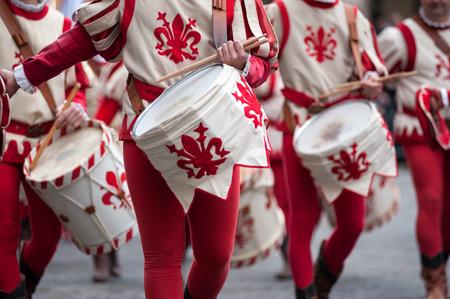 フィレンツェ、トスカーナ、イタリア - 2018年1月6日:伝統的な赤と白の衣装のドラマーがドゥオーモ広場でパレード、マギの行列の歴史的レクリエ