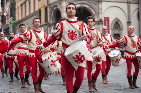 Florence, Tuscany, Italy - January 6, 2018: drummer in the traditional red and white costumes parades in the Piazza Duomo, during the historical recreation of the Фото со стока - 94331498