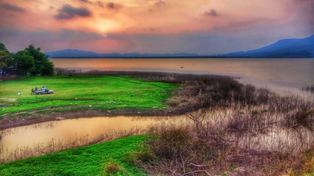 champ vert: Sunset Lake champ vert lanscape Banque d'images