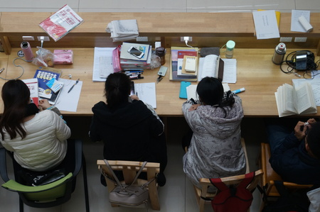 self exam: Undergraduates studied hard in the library of Zhengzhou University on 18 November,2015, Zhengzhou City, central Chinas Henan province. They were making preparations foe the National Postgraduate Entrance Examination of 2016, which will be hold on 26 Dece