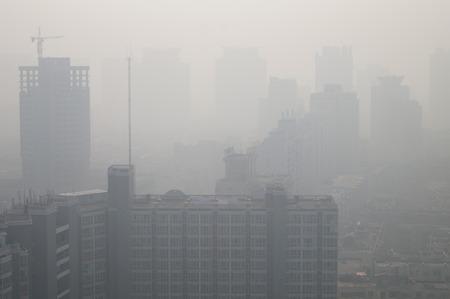 Weergave van hoge gebouwen in de zware smog in Zhengzhou stad, de centrale Chinese provincie Henan.