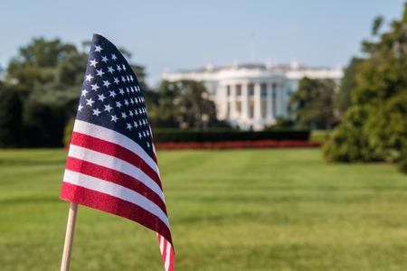 bandiera americana di fronte alla Casa Bianca durante una giornata di sole a Washington DC Archivio Fotografico