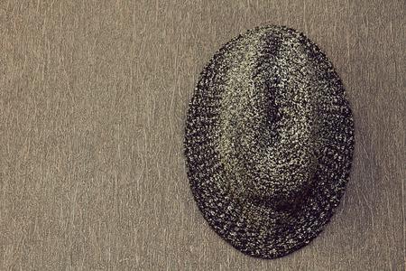 hombre con sombrero: Gris hombre sombrero de la vendimia tomada primer plano sobre fondo de pared de grunge. Foto de archivo