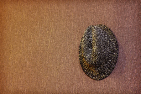 hombre con sombrero: Gris hombre sombrero de la vendimia tomada primer pared del grunge imagen background.Toned sucesivamente.