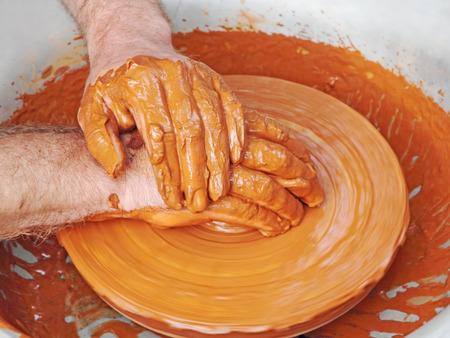 alfarero: Potter manos tomadas de cerca en la cerámica wheel.Pop vista. Foto de archivo