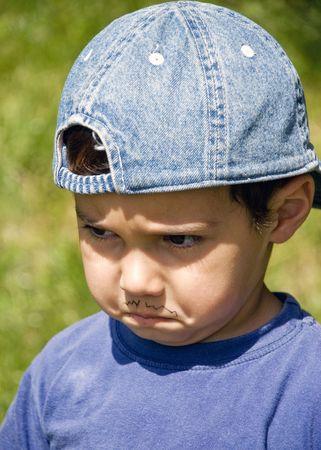 enfant fach�: Un petit gar�on en col�re avec une fausse moustache comme parrain Banque d'images