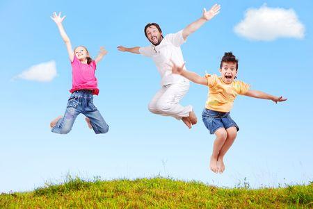 volar: Felicidad familiar al aire libre en un hermoso escenario natural
