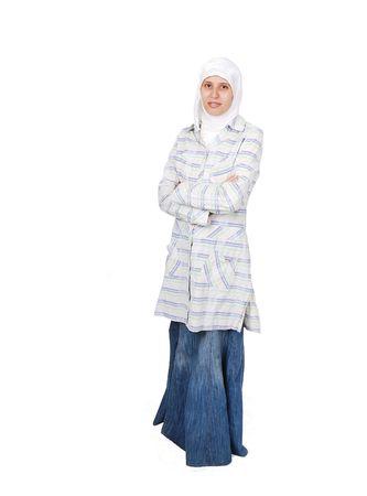 middle eastern clothing: Una giovane donna musulmana in abiti tradizionali isolate