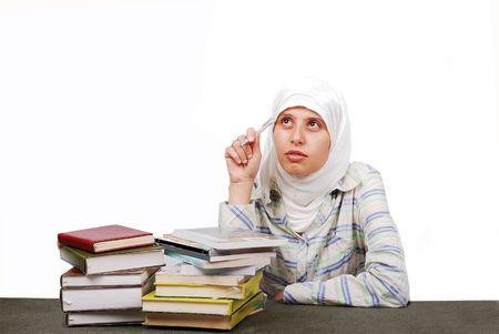 femme musulmane: Une femme musulmane de jeunes en habits traditionnels dans les processus de l'�ducation