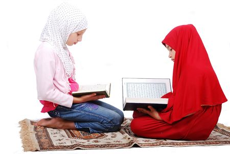 Un des jeunes filles musulmanes dans les vêtements traditionnels de lecture du Coran Banque d'images - 5289170
