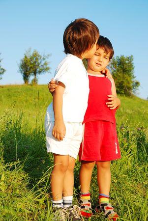 Dos ni�os felices abrazados en pradera Foto de archivo - 5304767