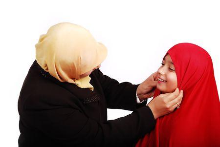petite fille musulmane: Les jeunes femmes musulmanes dans les v�tements traditionnels avec peu cute girl