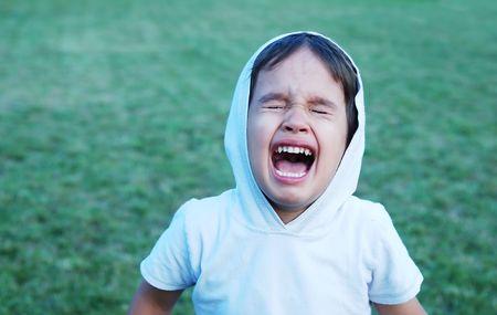 abusing: Ni�o peque�o gritando con wideli abri� la boca